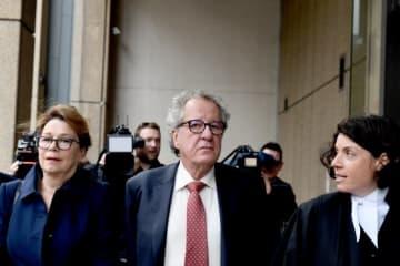 4月11日、オーストラリア人俳優ジェフリー・ラッシュさん(67、中央)が名誉を毀損されたとして米ニューズ・コープの豪部門に損害賠償を求めた訴訟で、連邦裁判所の陪審は訴えを認めた。同社には85万豪ドル(約6770万円)以上の支払いが命じられる見通しだ。シドニーの裁判所で撮影 - (2019年 ロイター/Dylan Coker)
