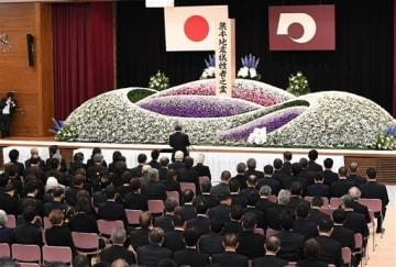 熊本地震3年に合わせ、県庁で行われた犠牲者追悼式=14日午前10時すぎ、熊本市中央区(上杉勇太)