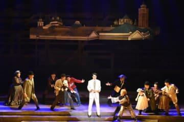 明治の新居浜を舞台に家族愛や人間の成長を描くミュージカル「瀬戸内工進曲」=14日、東温市見奈良