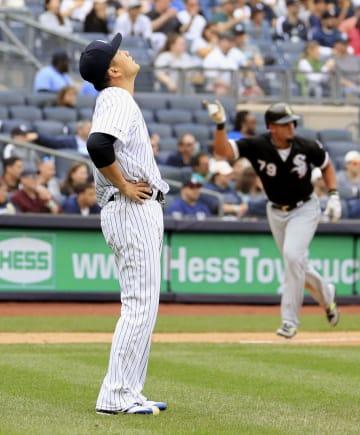 ホワイトソックス戦の4回、アンダーソンに満塁本塁打を浴び、天を仰ぐヤンキース・田中。右は三走アブレイユ=ニューヨーク(共同)