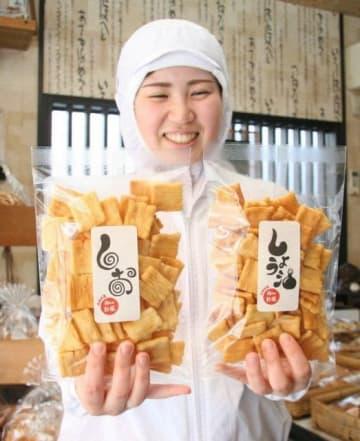 山本製菓が発売したおかきの「しお」(左)と「しょう油」