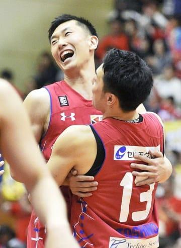 香川に勝利しチームメートと抱き合う熊本の菊池