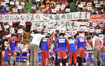 客席のファンらがハーフタイムに掲げた、全国からの支援や選手への感謝を伝える横断幕やボード=14日、熊本市中央区(植山茂)