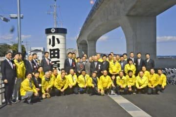 小田原市に寄贈した看板を前に記念撮影する小田原白梅ライオンズクラブの会員ら=同市早川