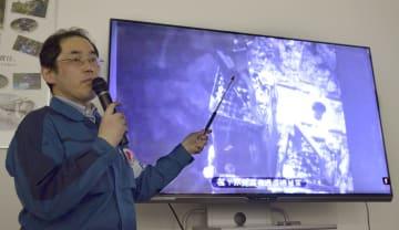 核燃料プールからの燃料搬出作業について説明する東京電力の担当者=15日午前、福島県大熊町