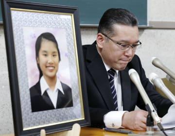 第三者委の答申を不服とし、長女華子さんの遺影とともに記者会見する斎藤信太郎さん=15日午前、名古屋市役所