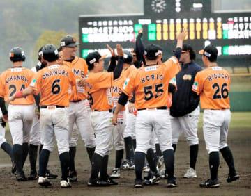 今季初勝利をサヨナラで飾り、喜ぶ愛媛MPナイン=川之江球場(撮影・和泉太)