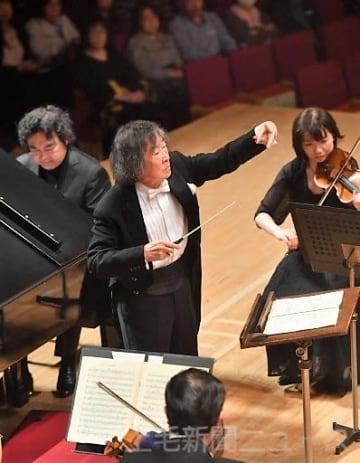 群馬交響楽団を指揮する小林研一郎さん(中央)=群馬音楽センター