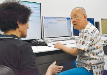 新しい診療所で問診する大竹医師(右)