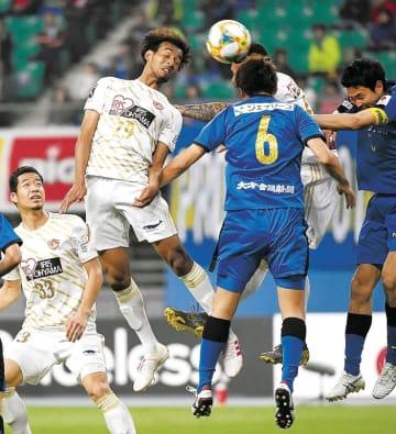 大分-仙台 後半14分、仙台・ジャーメイン(左から2人目)がヘディングシュートを放つが惜しくも外れる(佐藤将史撮影)