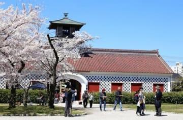 見学会などでにぎわった「春の税関まつり」=13日、新潟市中央区