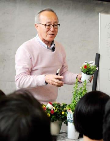 苗の選び方のこつを説明する吉田室長