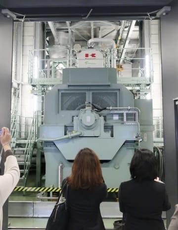 「日本橋室町三井タワー」の地下に設置されたガス発電設備=15日、東京・日本橋