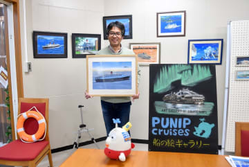 船の絵が展示即売される個展=横浜市中区のギャラリー・レーシー