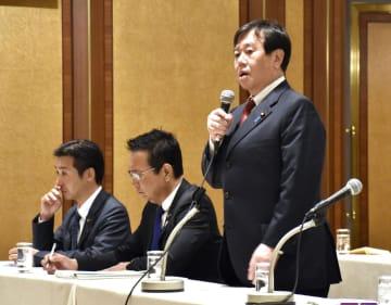 福岡、山口両県知事らに意見聴取する国民民主党の原口一博国対委員長(右)=15日午後、北九州市