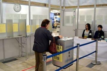 市役所で始まった市議選の期日前投票