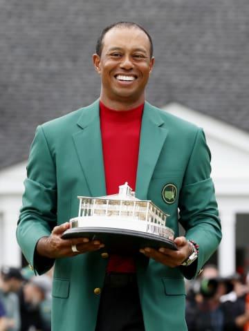 グリーンジャケットを着て、トロフィーを持つタイガー・ウッズ=オーガスタ・ナショナルGC(共同)
