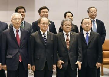 座談会に先立ち記念写真に納まる(前列左から)韓国の申カク秀元駐日大使、長嶺安政駐韓国大使ら=15日、ソウル(共同)