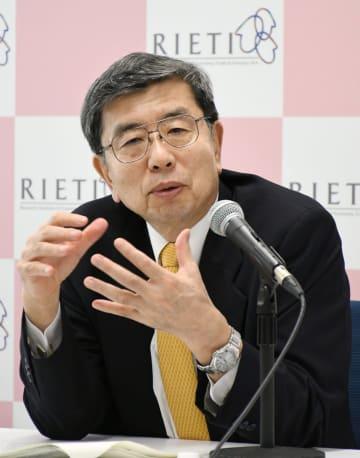 インタビューに応じるアジア開発銀行の中尾武彦総裁