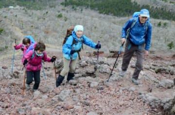 仲間同士で登山を楽しむ愛好家たち=高千穂峰登山道