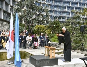 ユネスコ本部で、平和を祈り茶をささげる裏千家前家元の千玄室氏=15日、パリ(共同)
