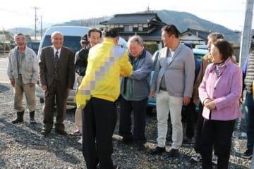 握手で支持を求める津山市議選の立候補者(手前)=15日(画像の一部を加工しています)