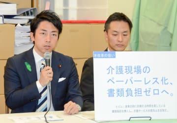 介護現場の負担軽減を目指し、提言を発表する小泉氏(左)=15日午後、東京都内