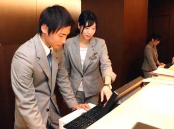 パソコンで予約状況を確認するオリエンタルホテル広島の社員(広島市中区)