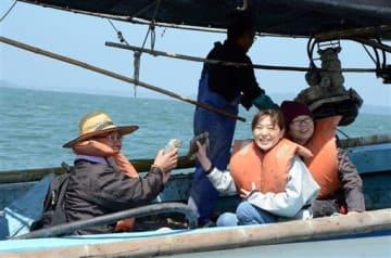 イカ籠漁で揚がったコウイカを手に喜ぶ参加者=八代市