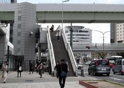 屋外エスカレーターが設置される三宮東交差点の歩道橋=神戸市中央区