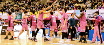 【福島ファイヤーボンズ―山形ワイヴァンズ】ホーム最終戦を白星で飾り、ハイタッチをして喜ぶボンズの選手
