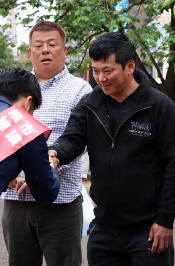 有権者と握手を交わす候補者=長崎市内