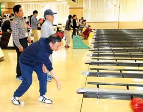 室蘭東ライオンズクラブ主催のボウリング大会を楽しむ参加者