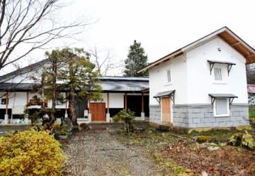 公開される小林栄氏の生家(左手奥)と蔵=猪苗代町字古城町