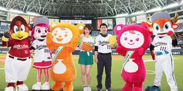 始球式後、記念写真に納まる福盛代表(右)と中村さん