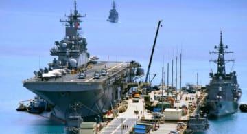 米軍ホワイトビーチへで停泊する米海軍の強襲揚陸艦ワスプ(左)=26日、うるま市勝連の米軍ホワイトビーチ
