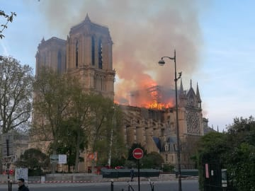 仏ノートルダム大聖堂で火災 尖塔崩壊、死傷者の情報なし
