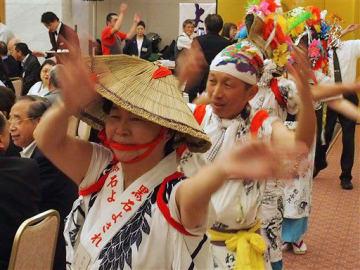 輪になって黒石よされを踊る高窓連祭の参加者
