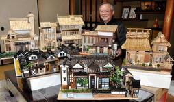 篠山市立歴史美術館(手前)などのミニチュア作品を並べる山内孝一さん=篠山市