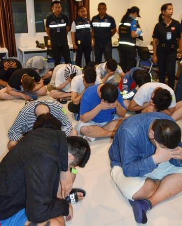 タイのパタヤで逮捕された日本人の男たち=3月30日(共同)
