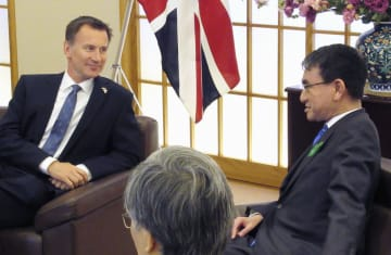 英国のハント外相(左)と会談する河野外相=16日午前、外務省