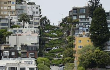 「世界一曲がりくねった坂道」として知られる米サンフランシスコのロンバード通り=15日(AP=共同)