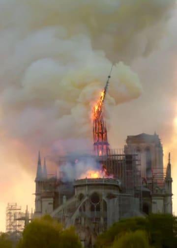 大火災で崩れ落ちるノートルダム寺院の尖塔=15日、パリ(AP=共同)