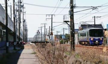 押上駅(仮称)の建設地付近の日本海ひすいライン(右)。左の高架は北陸新幹線=15日、糸魚川市南押上2