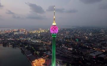 完成間近のロータス·タワーがライトアップ スリランカ·コロンボ