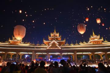 孔明灯放ちダイ暦新年を祝う 雲南省シーサンパンナ