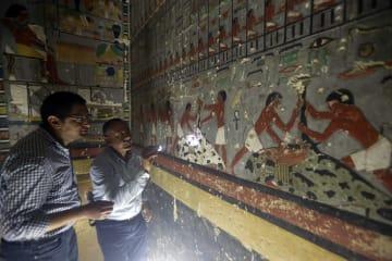 見事な壁画と副葬品 エジプト第5王朝の貴族の墓を公開