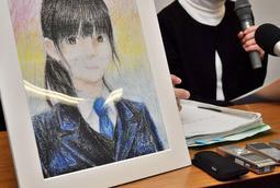 再調査委員会の報告を受けて会見する自殺した中3女子生徒の母親。娘の描いた自画像を携えて臨んだ=16日午後、神戸市中央区加納町6、神戸市役所(撮影・秋山亮太)