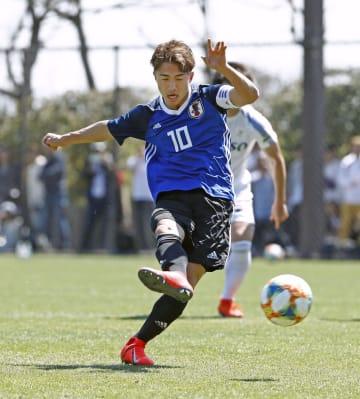 全日本大学選抜との練習試合で、PKでゴールを決めるU―20日本代表候補の安部=千葉市