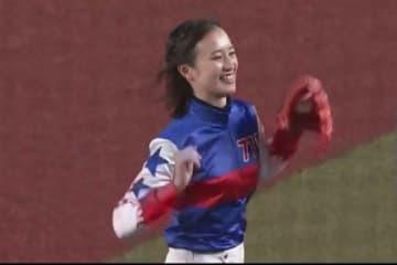 始球式に登場した女性騎手の藤田菜七子さん【画像:(C)PLM】